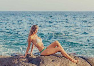blonde-frau-bikini-felsen-meer