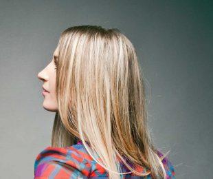 frau-seitenansicht-blonde-haare